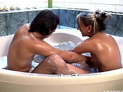 Horny white-headed bitch and her fuckmate make out in the bathtub